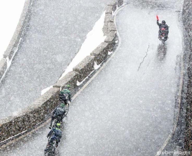 Quintana cimentó su victoria en el Giro con un ataque en el descenso del Stelvio cuando la carrera estaba neutralizada. El colombiano alegó no saberlo. En la imagen, vemos claramente como un comisario señala con una bandera roja la neutralización de la carrera.