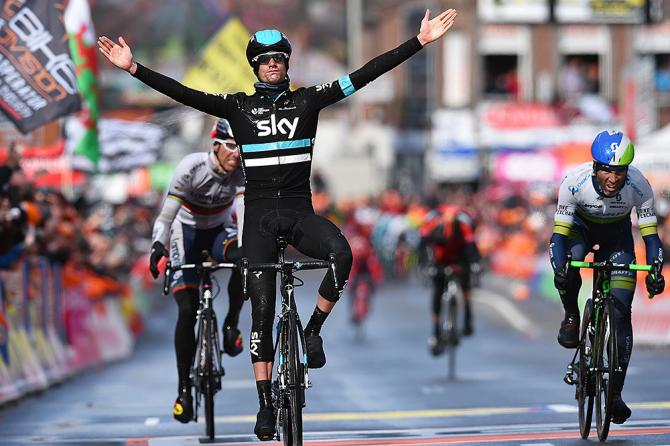 Poels entra victoria en meta. El holandés fue muy superior en los últimos metros de la carrera. © Tim de Waele