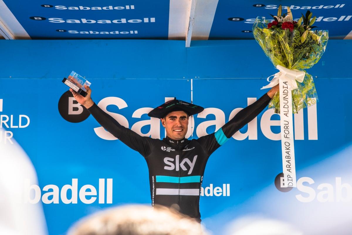 Mikel Landa celebra en el podio su primera victoria con su nuevo equipo. En Sky están encantados con él. No es para menos.