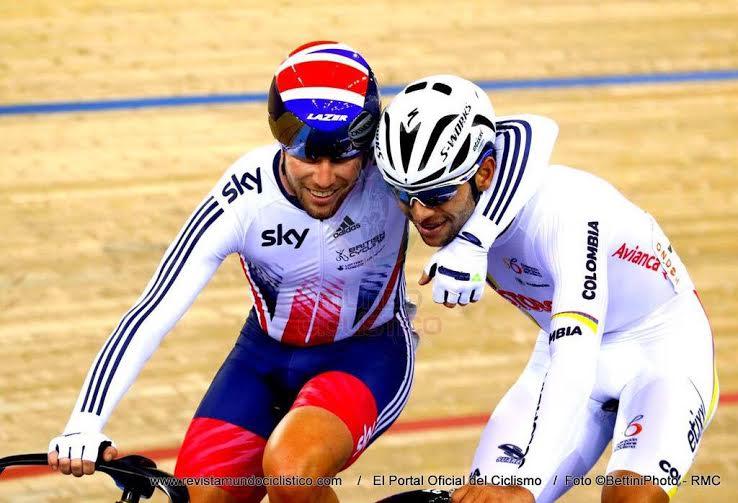 Cavendish y Gaviria se abrazan tras haber ganado Cavs un sprint a Viviani que hacía arcoiris al colombiano