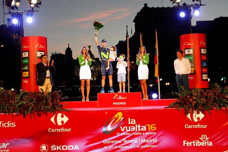 Teresa (izquierda), en el podio de la última etapa en Madrid junto a Valverde. © La Vuelta